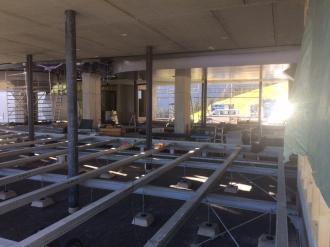 Die Unterkonstruktion für den Gitterboden in der Bergstation wird verlegt