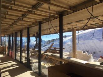 Holzdeckenmontage im Innen- und Außenbereich an der Bergstation