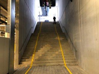 Dank gelber Markierungen am Kellerförderer ist der Schutzbereich für die Mitarbeiter optimal zu erkennen