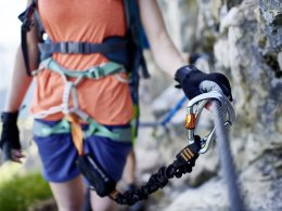 Gut gesichert im Klettersteig