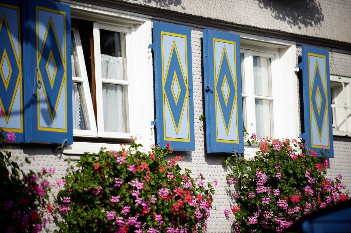 Blumenpracht an den alten Hausfassaden