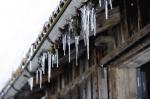 Eiszapfen ziehren in den Wintermonaten die traditionellen Hausfassaden