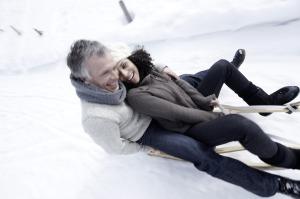 Eine Rodelrennen im Schnee weckt bei Erwachsenen Kindheitserinnerungen.