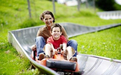Hui, rasant geht es ins Tal. So richtig in Fahrt kommen Familien auf der Sommerrodelbahn am Hündle.