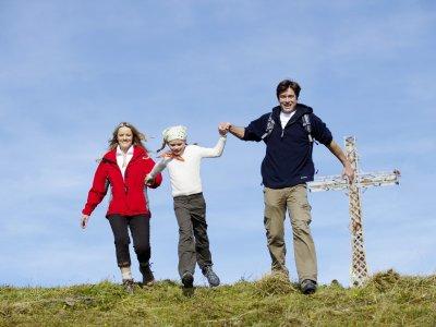Mit den Eltern an der Hand schaffen es auch die Kleineren auf die luftige Bergspitze.