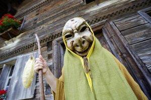 Holzmaske zu Fasching
