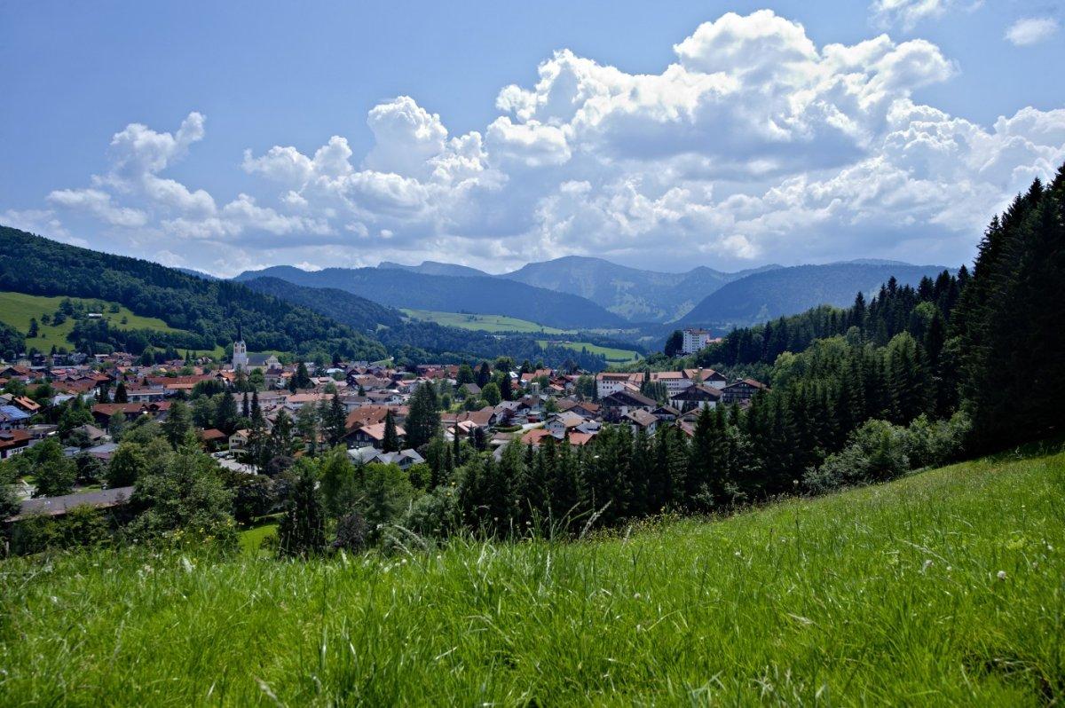 Malerischer Blick auf Oberstaufen mit dem Hochgrat im Hintergrund