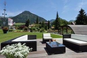 Sonnenterrasse mit Loungeecke und Bergblick