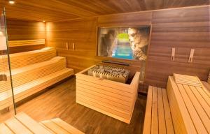 Finnische Sauna mit Blick ins Schwimmbad