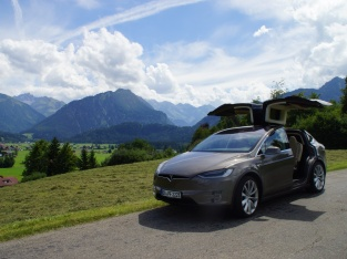 Tesla Model X Space Car vor Oberstdorf Kulisse ...