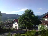 Blick in den Ort/die Berge