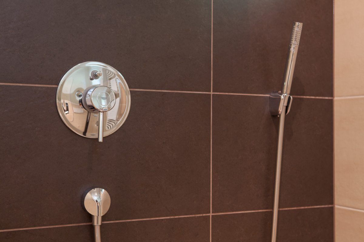 Badezimmer mit Naturstein-Fliesen
