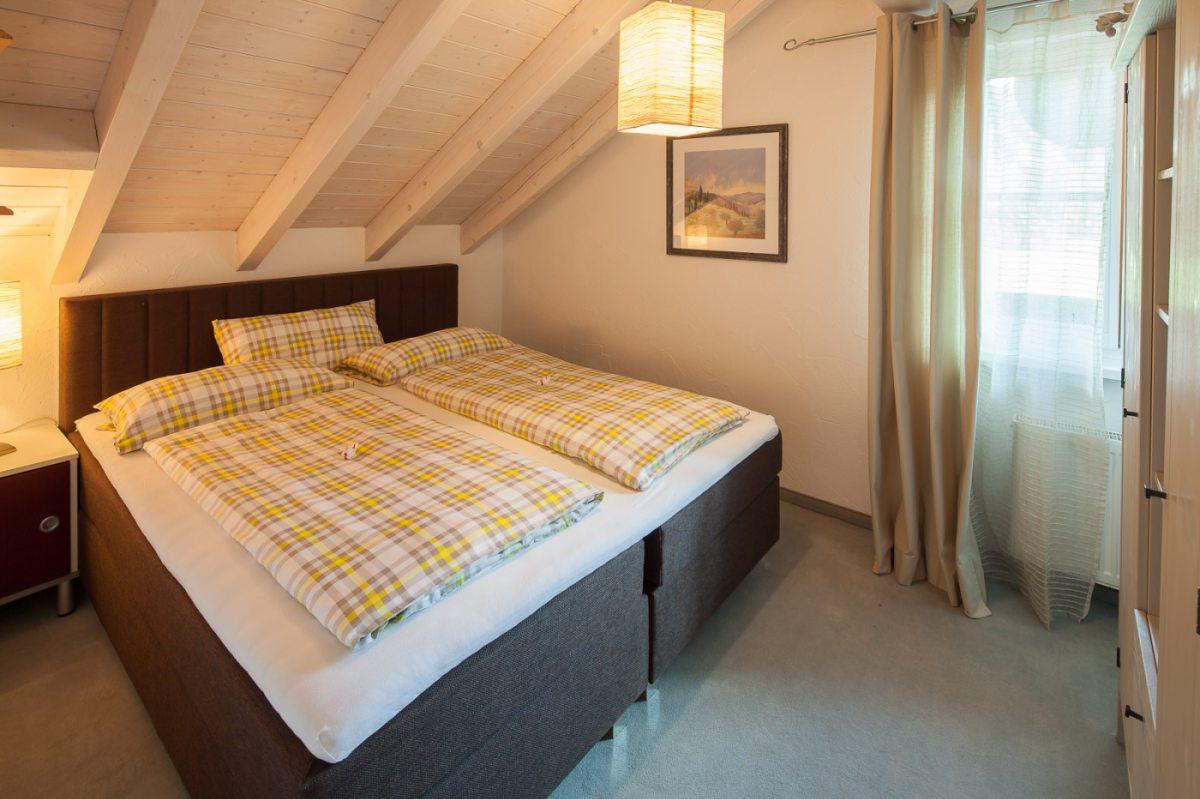 Großes Schlafzimmer mit kuscheligen Betten