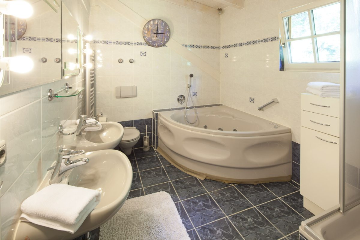 Helles und geräumiges Badezimmer