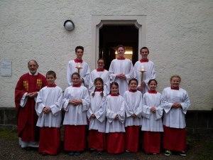 Neue Ministranten mit ihren Gruppenleitern und Pfarrer Peter Guggenberger