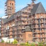 Eingerüstete Kirche