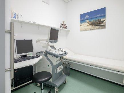 Untersuchungsraum mit Ultraschallgerät