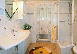 Helles u. neues Badezimmer
