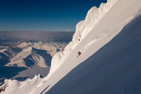 Steile Tiefschneeabfahrt