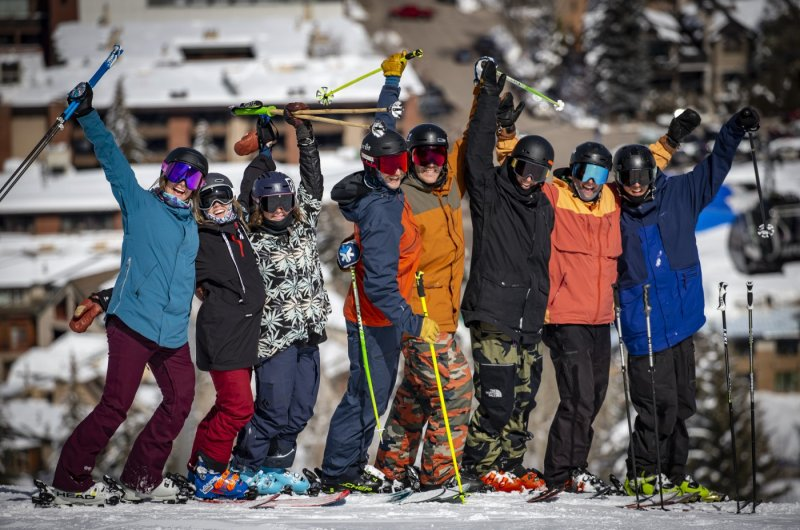 Glückliche Skigruppe