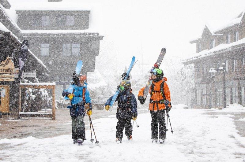 Skifahrer in den Straßen von Aspen