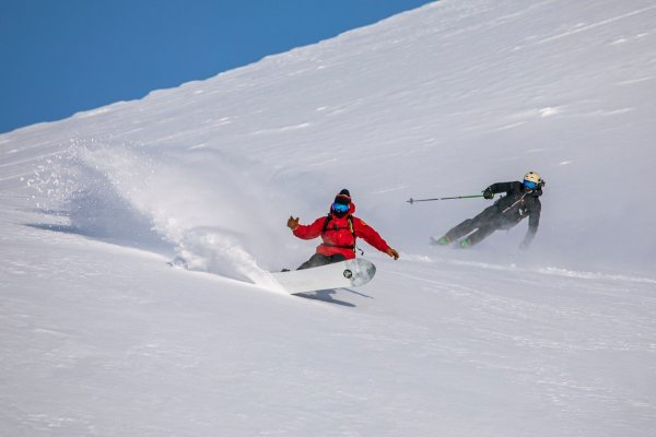 Boarder und Skifahrer Kamtschatka
