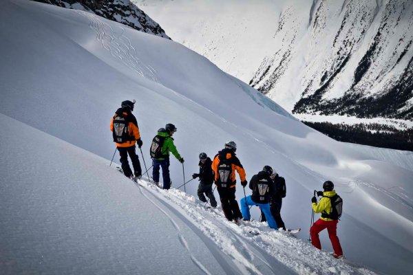 Skigruppe im Tiefschneehang