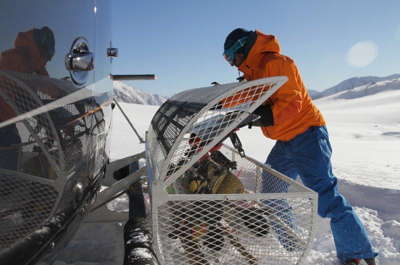 Beladen der Ski - Heli-Skiing am Baikalsee