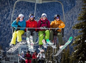 Skigruppe im Lift