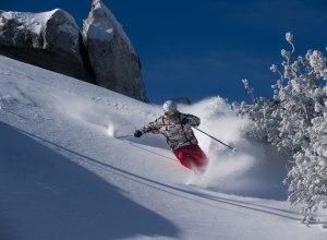 Skifahrer im Tiefschnee1