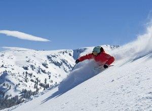 Skifahrer im Tiefschnee2