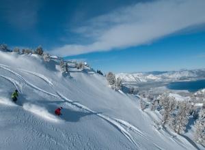 Skifahrer mit Lake Tahoe im Hintergrund
