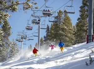 Skifahrer und Sessellift