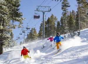 Skifahrer und Sessellift2