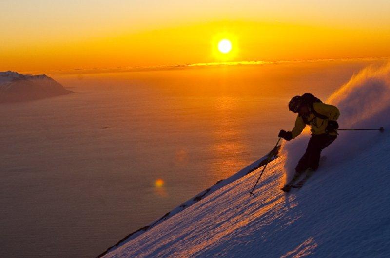 Heli-Skiing unter der Mitternachtssonne Islands