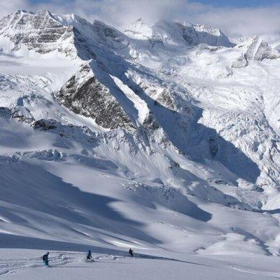 Three-Skiers,-Big-Scenery,-Danny-Stoffel