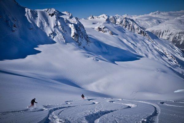 Heli-Skifahrer bei Tyax Heliskiing mit Aussicht