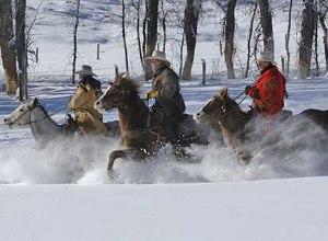 Cowboys im Schnee bei Sonne