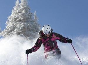 Vail, Skifahrerin im Tiefschnee