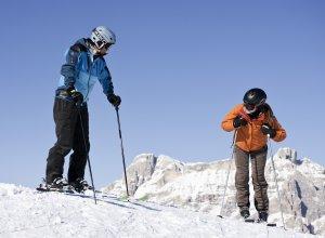 Glückliche Skifahrer in den DOlomiten