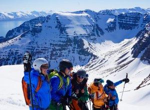 Rita mit Gruppe beim Heli-Skiing in Island