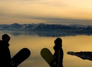 2 Snowboarder Abendstimmung