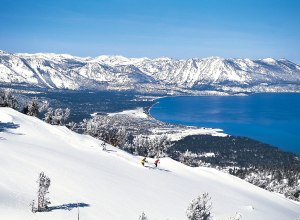 Skifahrer mit See