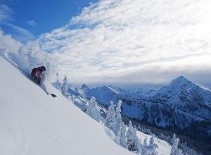 Tiefschneeabfahrt mit Gebirge
