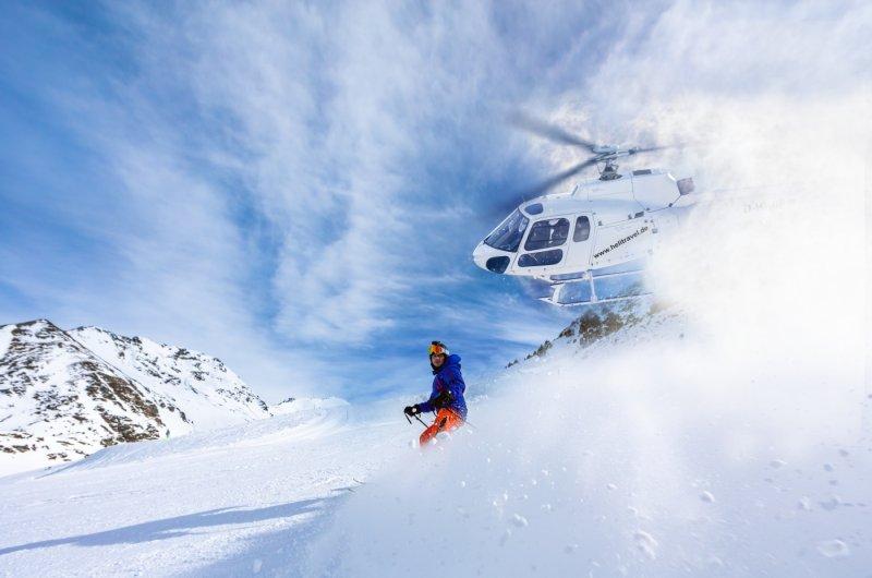 Heli und Skifahrer im Kaukasus
