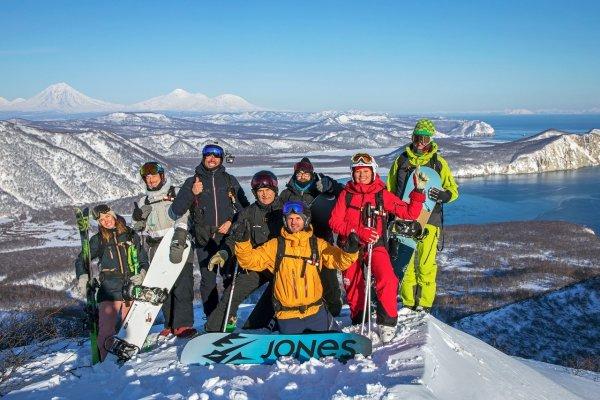 Heli-Skiing Gruppe Kamtschatka mit Blick auf Pazifik und Vulkane