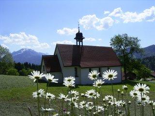 Kapelle mit Margeriten