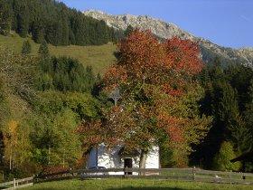 Kapelle im Herbst
