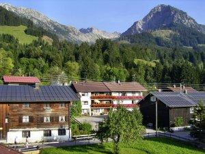 Häuser mit Bergpanorama