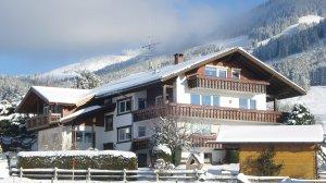 unser Haus in der winterlichen Sonne